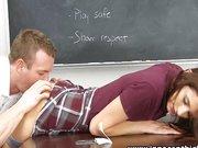 Junges Mädchen mit kleinen Titten läßt sich von Lehrer Ficken